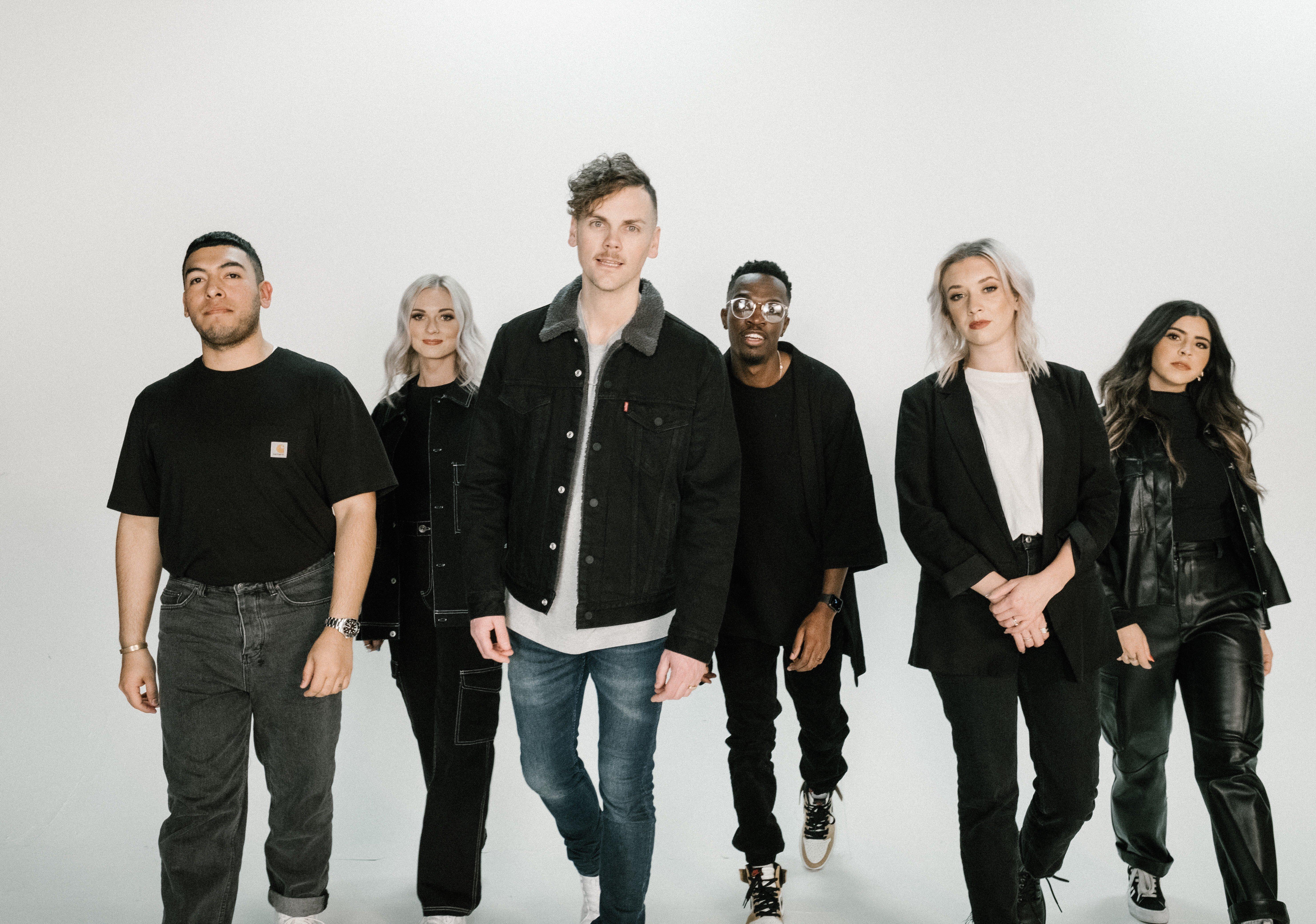"Elevation Worship lança ""Tumbas a Jardines"" sucesso nas plataformas digitais"