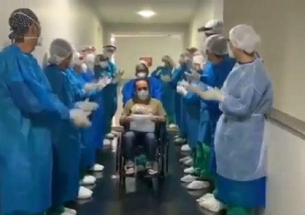 """Enfermeiros cantam """"Porque Ele Vive"""" para celebrar recuperação de paciente da Covid-19"""