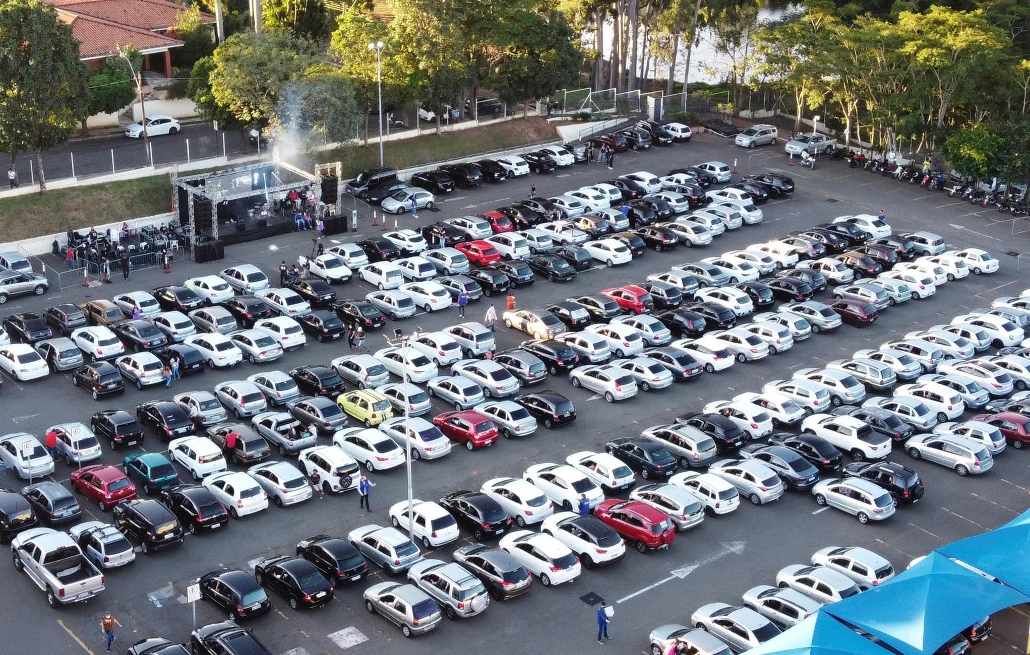 Igreja realiza culto drive-in e reúne mais de 600 carros no interior de SP
