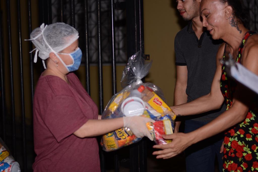 Missionários doam alimentos e oram por pessoas em prostituição nas ruas de Fortaleza