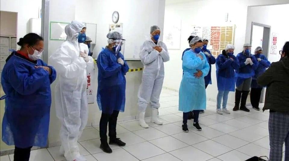 Igreja faz homenagem e ora com funcionários de hospital em Camboriú