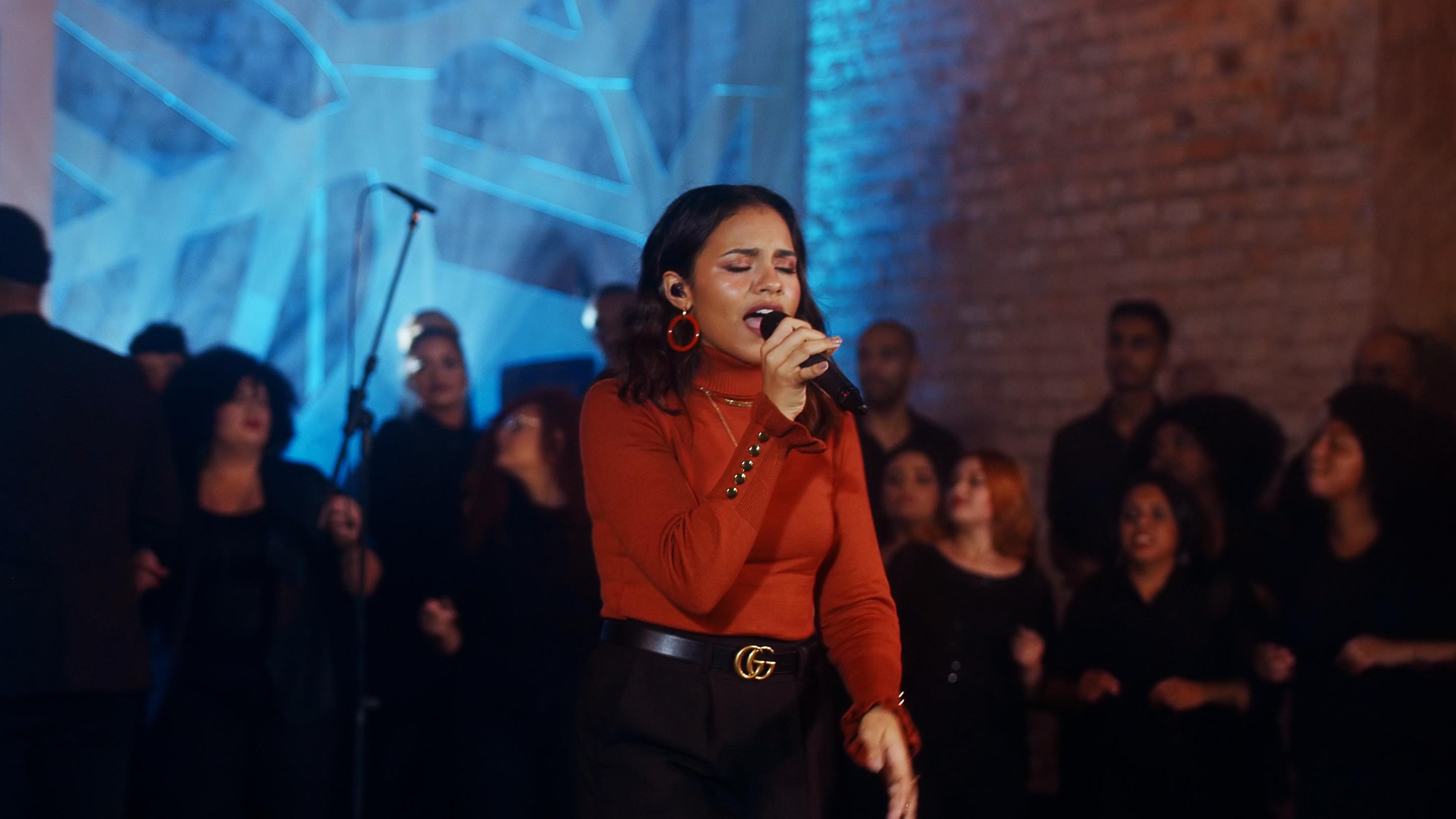 """Com participação de coral, Julia Vitória lança o single """"Som das Águas"""""""