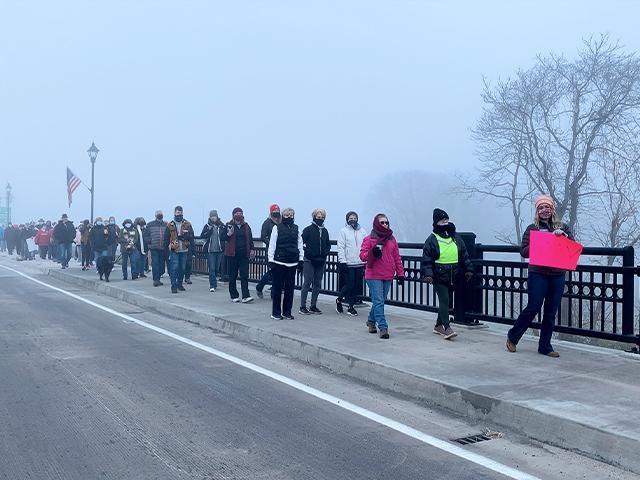 """Adolescente lidera marcha de oração por sua cidade: """"Deus me levou a fazer isso"""""""