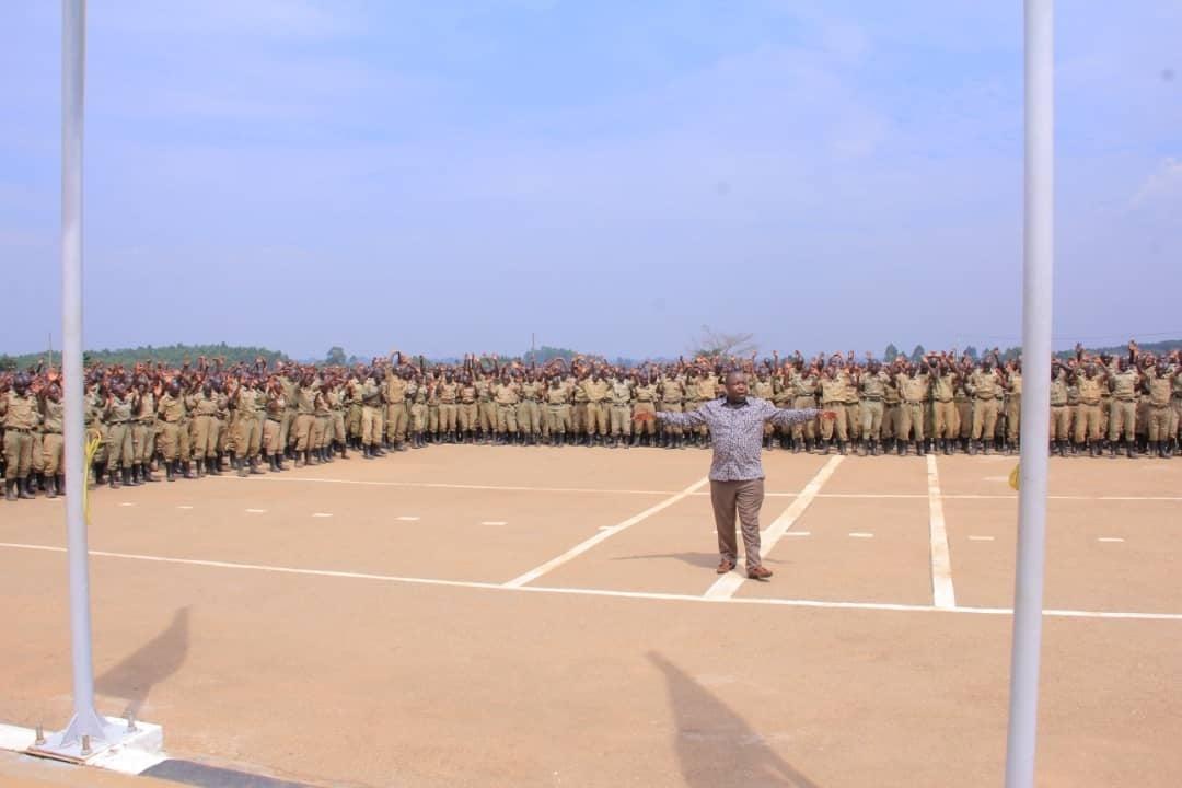 Policías aceptan a Cristo en un servicio de oración en Uganda