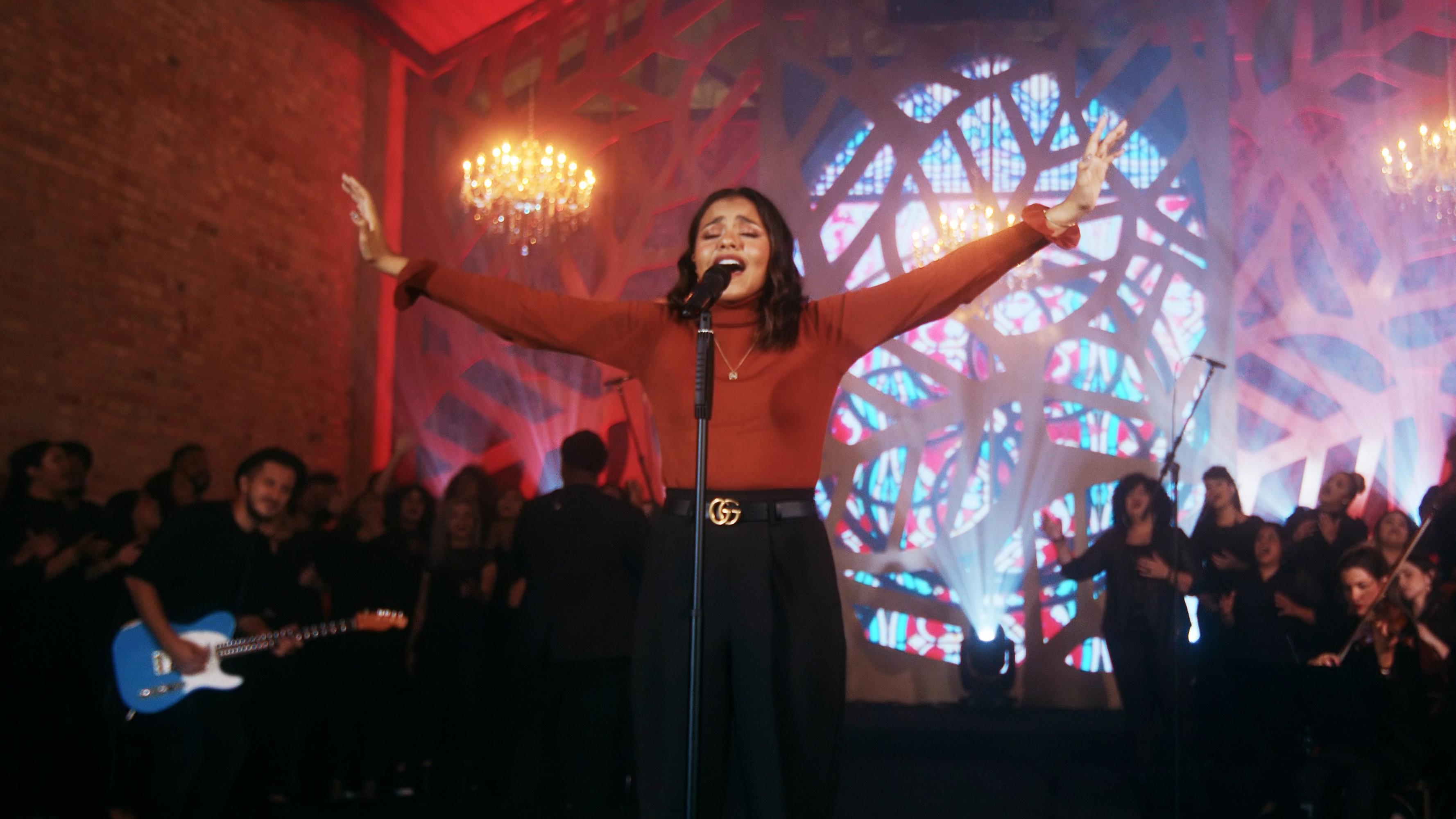 """Julia Vitória resgata o clássico """"Mais Perto Quero Estar"""" em novo single"""