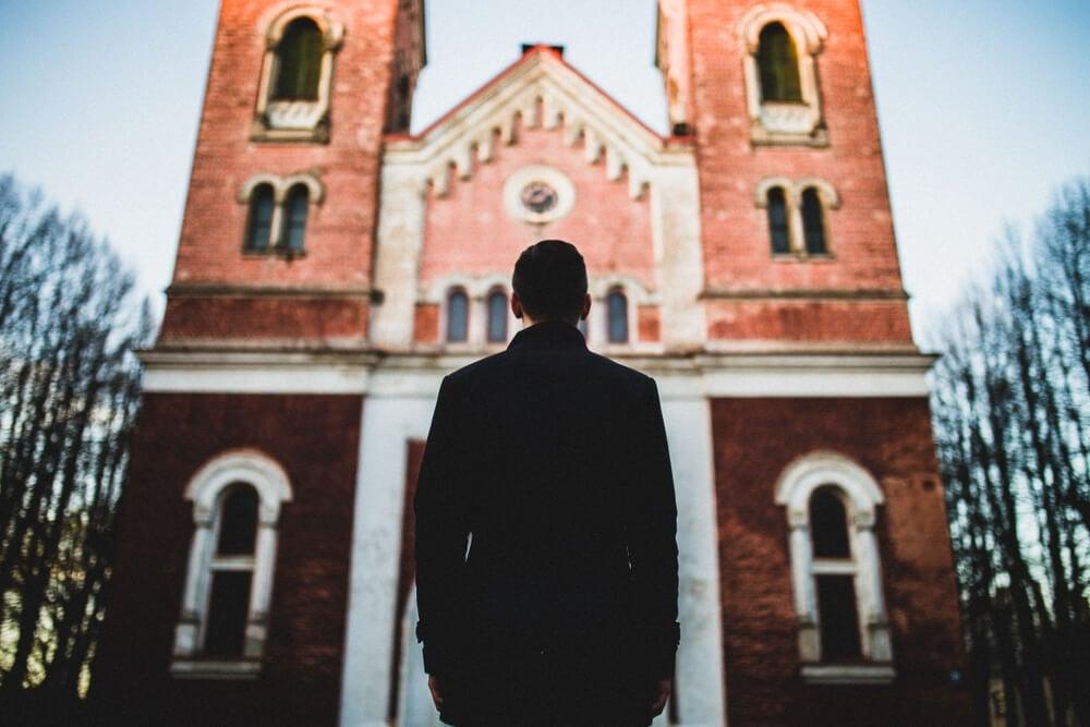 Quem justifica seus erros pelas falhas da Igreja, não conhece a Deus