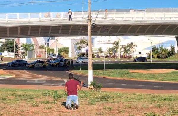 Rapaz se ajoelha para orar enquanto homem ameaça cometer suicídio