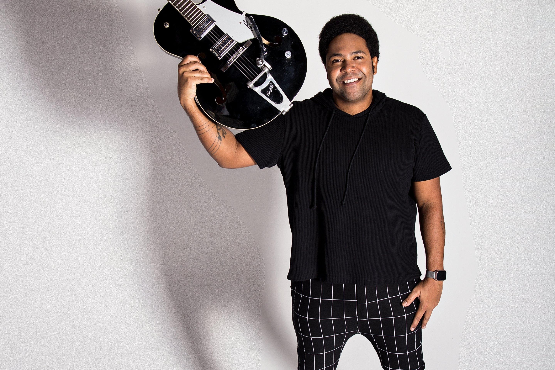 """Thalles Roberto lança novo single """"Destino certo"""" com clipe ao vivo"""