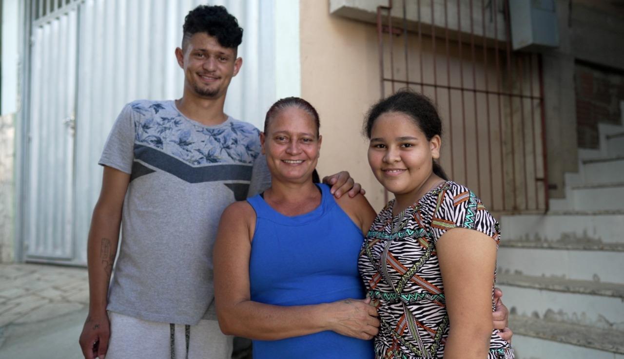 """Jovens devolvem boleto encontrado na rua e levam família ao batismo: """"Oportunidade única"""""""