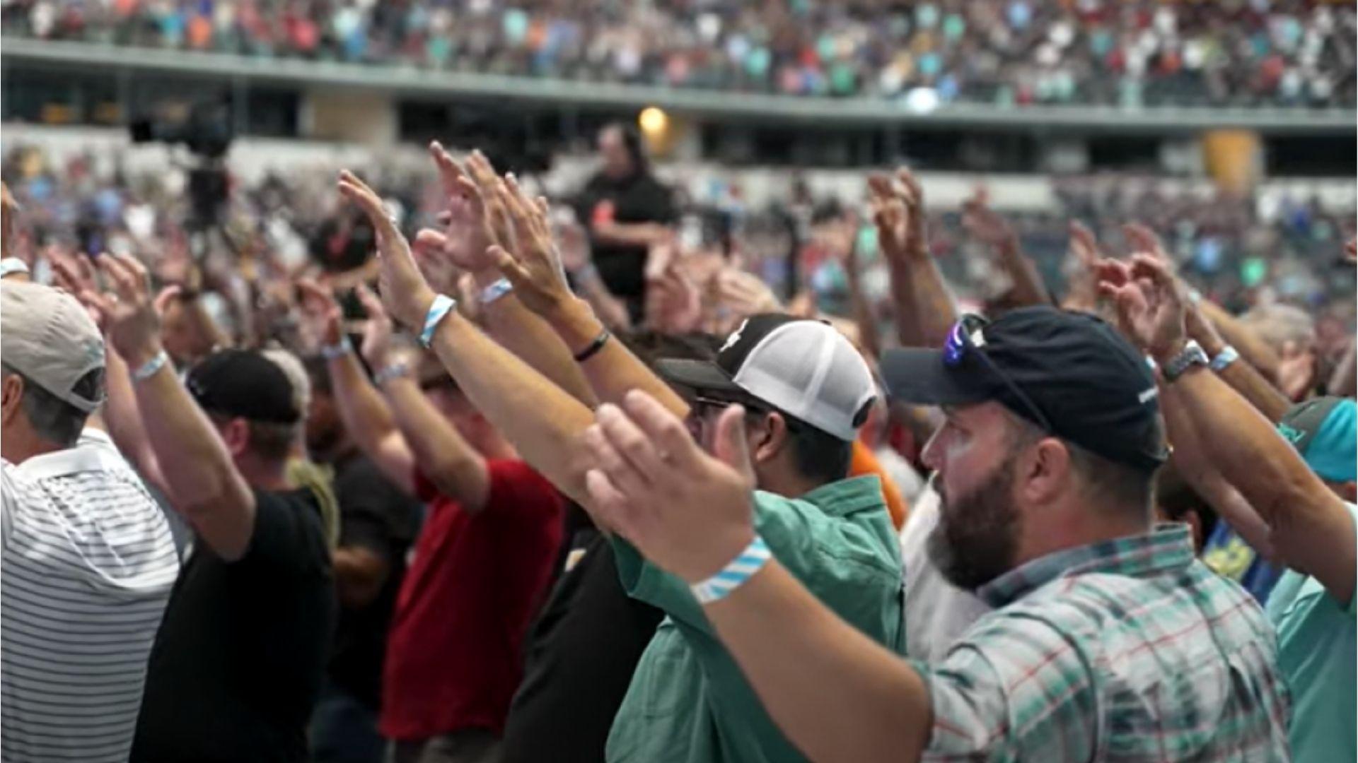 """Milhares de homens clamam a Deus em campo de futebol: """"O estádio virou uma igreja"""""""
