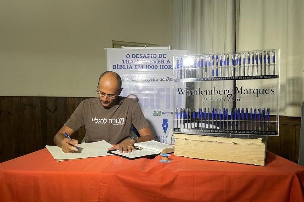 Brasileiro transcreve a Bíblia a mão em 3 meses e bate recorde no País