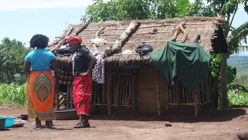 Irmãs analfabetas evangelizam aldeia na África com encenações das histórias bíblicas