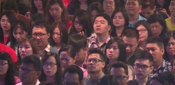 Igreja evangélica realiza culto de oração por fieis que estavam no voo da AirAsia