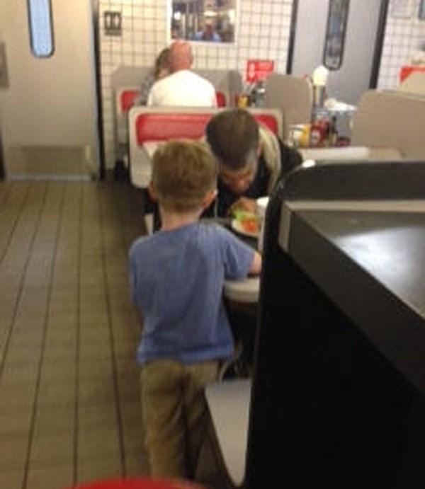 Josiah e o morador de rua no restaurante