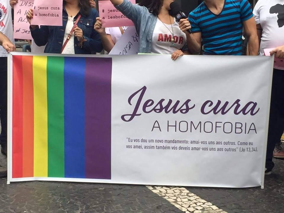 Com faixas e cartazes, cristãos chamam a atenção na Parada Gay com o movimento 'Jesus cura a homofobia'