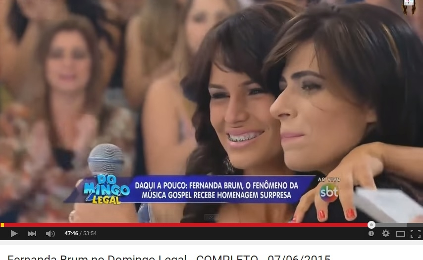 Fernanda Brum é homenageada e ajuda a realizar sonho de jovem cantora no 'Domingo Legal'; assista