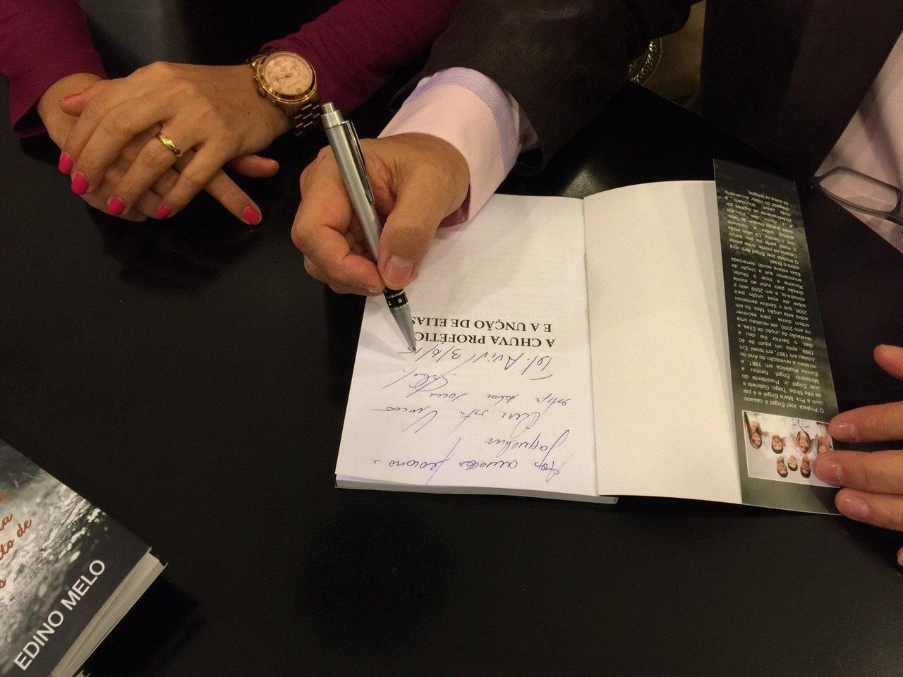 Ap. Joel Engel promove lançamento de seu livro em Israel