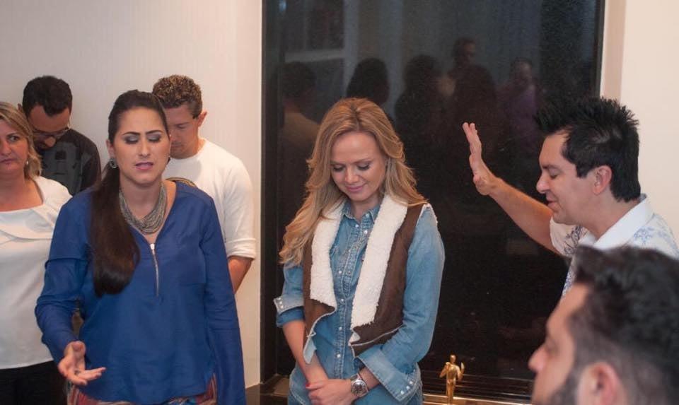 Resultado de imagem para Eliana recebe oração do cantor Regis Danese e família