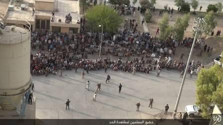 Multidão assiste execução de homossexual pelo EI