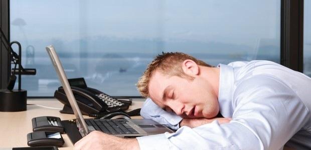 Especialistas alertam que trabalhar demais pode causar problemas cardíacos