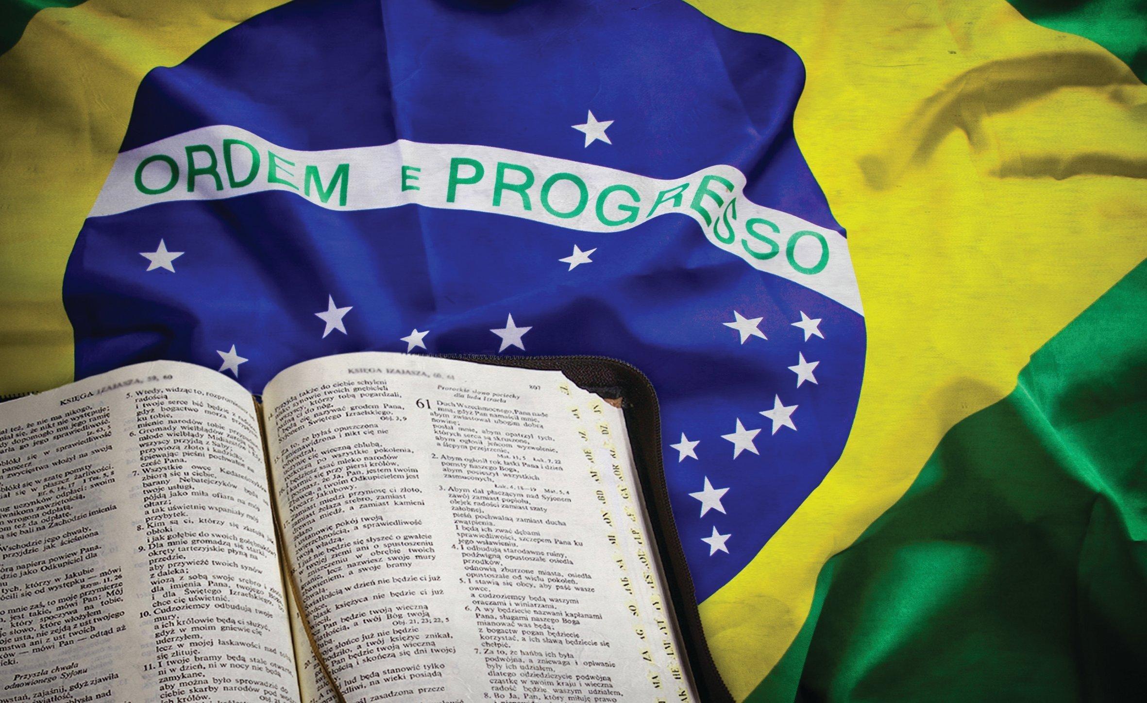 https://thumbor.guiame.com.br/unsafe/smart/media.guiame.com.br/archives/2015/11/10/1104803984-biblia-e-bandeira-do-brasil.jpg