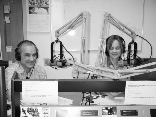 """Programa ateu dá lugar a músicas de natal no rádio: """"Zombavam de Deus, agora louvam Jesus"""""""