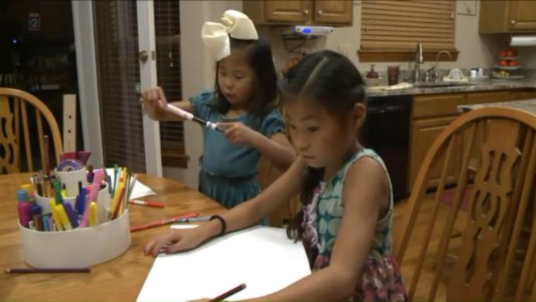 """Irmãs se reencontram após serem adotadas por famílias diferentes: """"Deus faz coisas incríveis"""""""